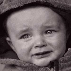 Bébé qui pleure d'émotion